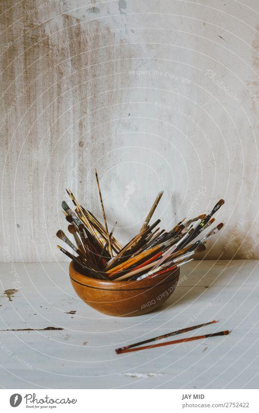 Eine Sammlung von Pinseln des Künstlers. Kunstkultur Abstraktes Konzept. Schalen & Schüsseln Freizeit & Hobby Handwerk Werkzeug Maler Gemälde Holz dreckig weiß