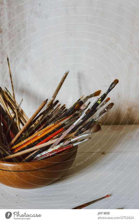 Eine Sammlung von Pinseln des Künstlers. Kunstkultur Abstraktes Konzept. Schalen & Schüsseln Freizeit & Hobby Handwerk Werkzeug Gemälde Holz dreckig weiß Farbe