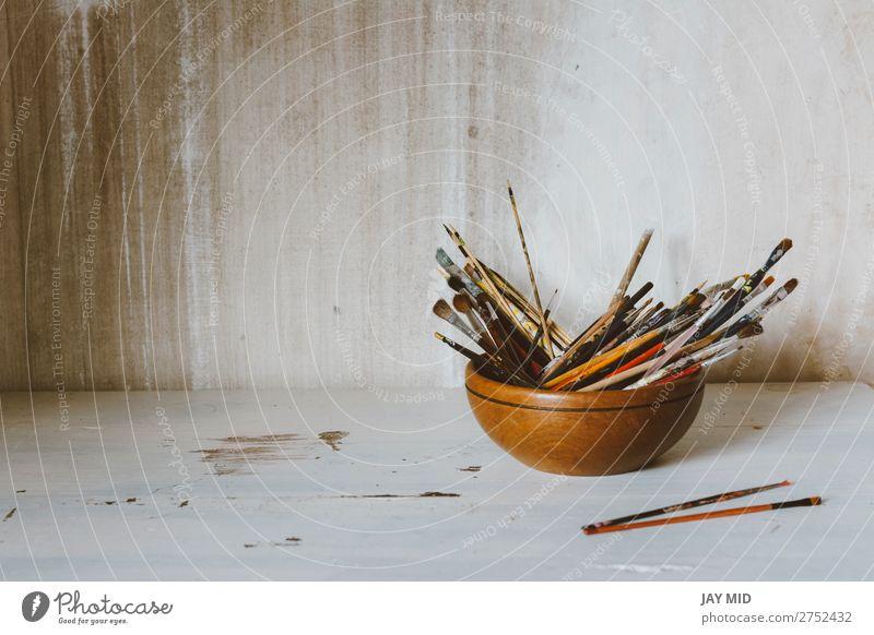 Eine Sammlung von Pinseln des Künstlers. Kunstkultur Abstraktes Konzept Schalen & Schüsseln Freizeit & Hobby Schule Bildungsreise Beruf Handwerk Werkzeug