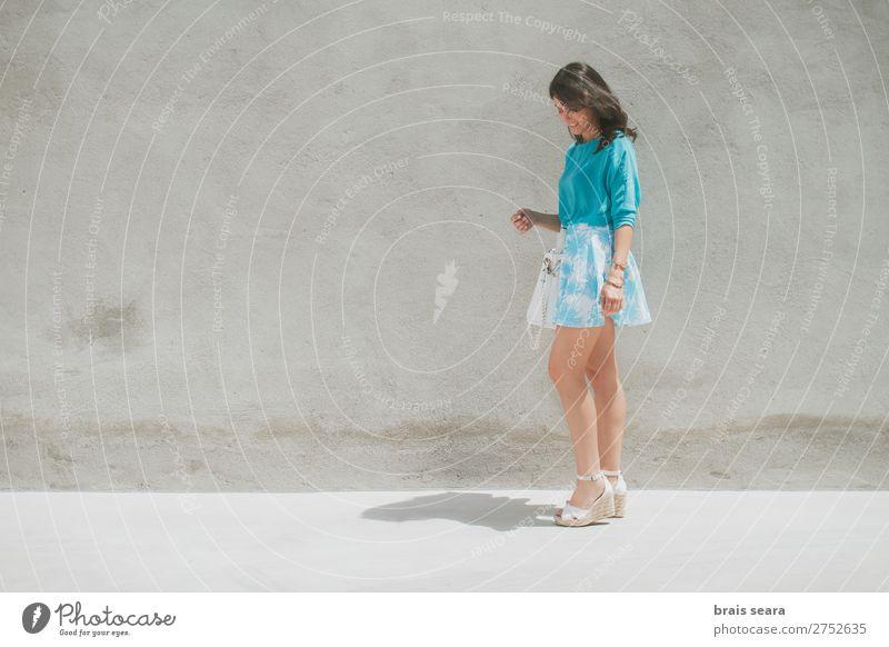 Frau Mensch Jugendliche Junge Frau Sommer blau schön Erotik Gesundheit 18-30 Jahre Straße Lifestyle Erwachsene feminin Gesundheitswesen Stil