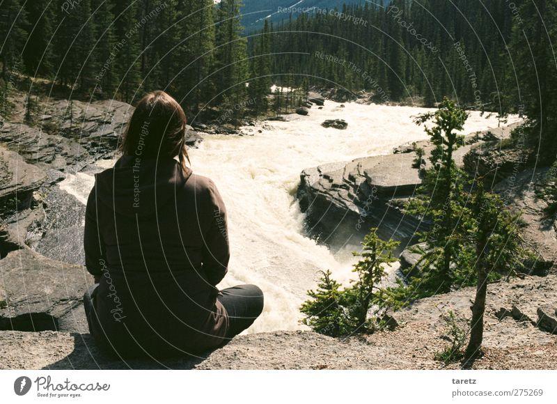 Rauschen Mensch Jugendliche ruhig Wald Umwelt feminin Berge u. Gebirge Junge Frau Glück Felsen Zufriedenheit Kraft frei Abenteuer Hoffnung Schönes Wetter