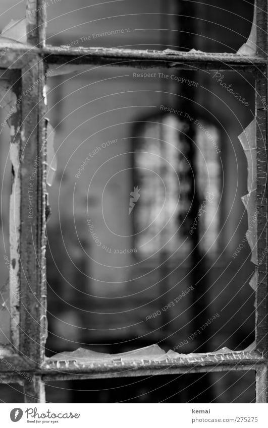 AST5 | Scheibe, gewesen Fenster Fensterscheibe Fensterrahmen Einfassung Scherbe alt kaputt Zerstörung verfallen Verfall eingeschlagen Schwarzweißfoto