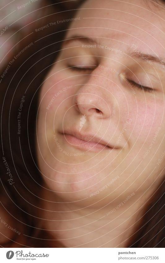 Schlafende Frau mit braunen Haaren. Entspannung Junge Frau Jugendliche Erwachsene Kopf Haare & Frisuren Gesicht 1 Mensch 18-30 Jahre liegen schlafen brünett