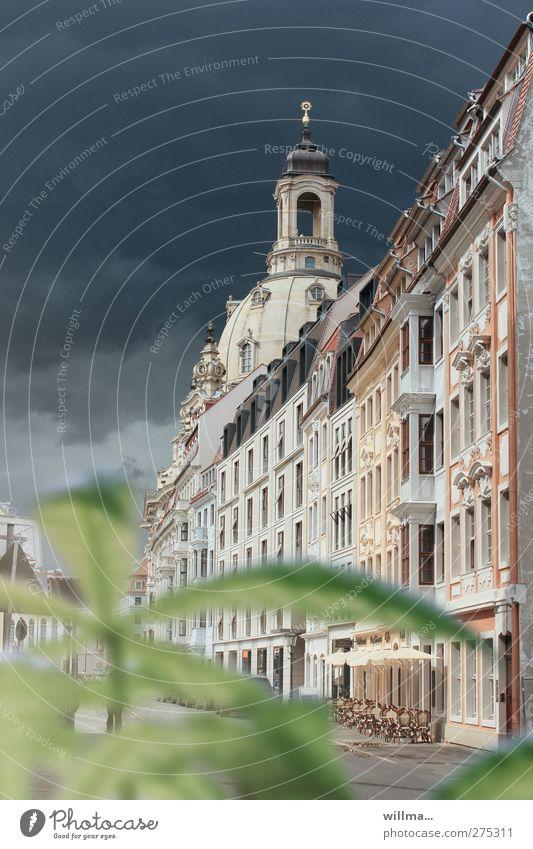 Gasse mit verlassenem Straßencafé und Blick auf die Frauenkirche Dresden Altstadt historisch Gebäude Sehenswürdigkeit dunkle Wolken Farbfoto Außenaufnahme