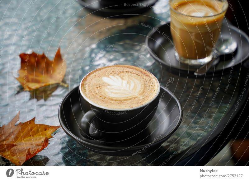 Heiße Tasse Kaffeemilch und flaches Weiß mit Herbstblättern Dessert Frühstück Getränk Espresso Tisch Kunst frisch heiß braun schwarz weiß aromatisch Herbstlaub