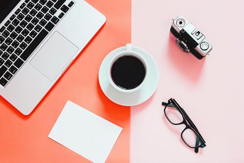 Farbe Lifestyle Business Textfreiraum Arbeit & Erwerbstätigkeit Büro modern Aussicht Technik & Technologie Tisch Kreativität Computer Papier Brille einfach