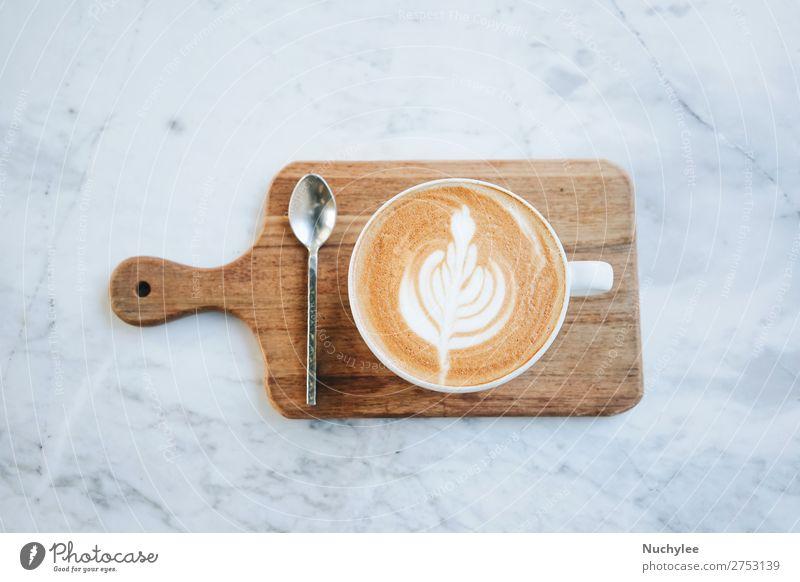 Draufsicht auf heißen Milchkaffee auf Holztablett Frühstück Kaffee Espresso Löffel Tisch Kunst braun schwarz weiß aromatisch Hintergrund Café Kantine Koffein