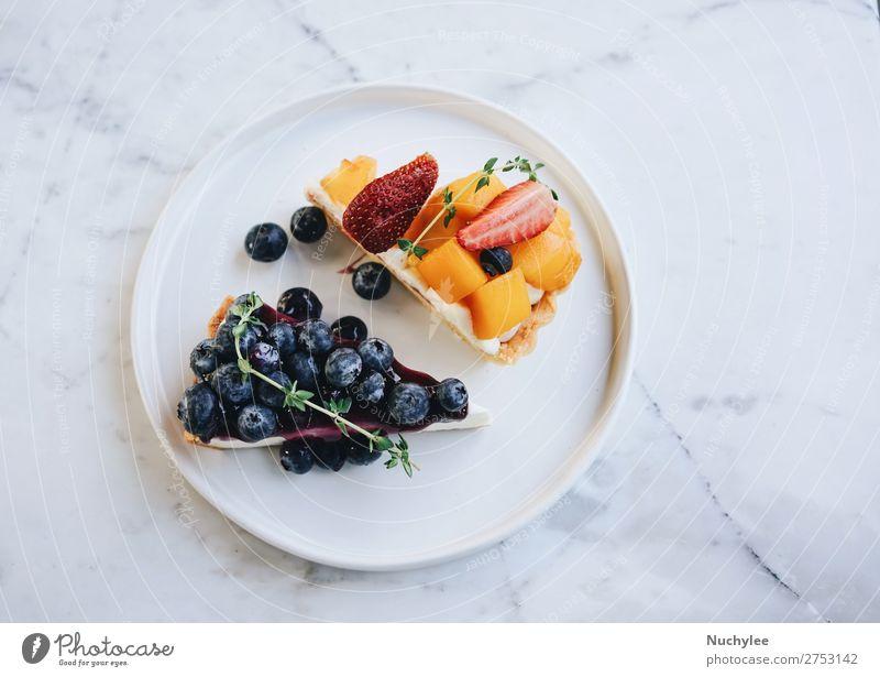 Leckerer Heidelbeerkuchen und Mango mit Erdbeertorte Frucht Dessert Ernährung Frühstück Teller Tisch frisch lecker weiß Tradition Pasteten Hintergrund backen