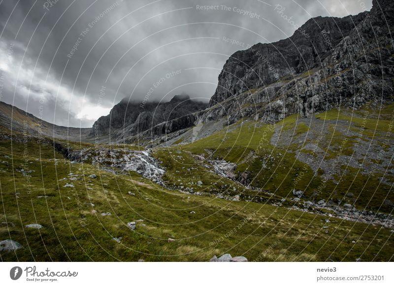 Auf dem Weg zum Ben Nevis in Schottland Ferien & Urlaub & Reisen Tourismus Natur Herbst Klimawandel Wetter schlechtes Wetter Felsen Berge u. Gebirge Gipfel