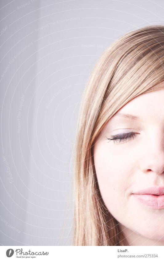 augen zu und durch Junge Frau Jugendliche Kopf Haare & Frisuren Gesicht Auge Nase Mund 1 Mensch 18-30 Jahre Erwachsene genießen Glück schön grau blond Farbfoto