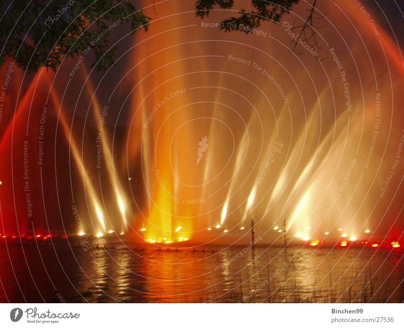 Wasserspiele 2 See Teich Bach rot gelb grün dunkel Abend Planten un Blomen - Park Musik Hamburg