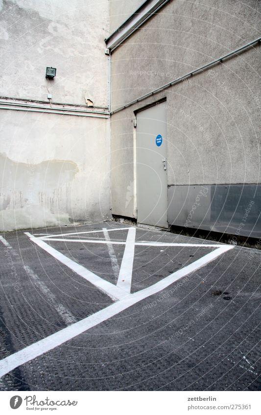 X-Ecke Haus Bauwerk Gebäude Mauer Wand Tür Namensschild Straßenkreuzung Wegkreuzung Verkehrszeichen Verkehrsschild Aggression Parkplatz privat