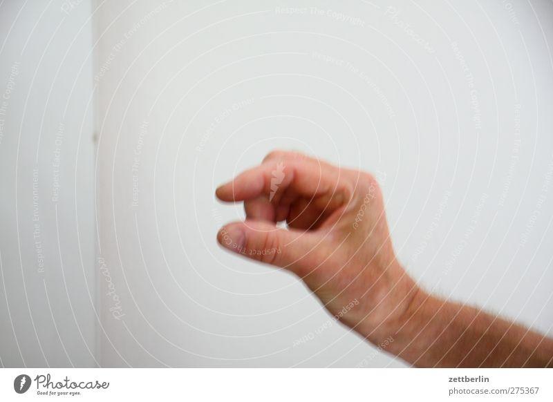 Higgsteilchen gefunden Hand Finger entdecken zeigen schätzen Größe messen stoppen Farbfoto Innenaufnahme Nahaufnahme Detailaufnahme Textfreiraum links