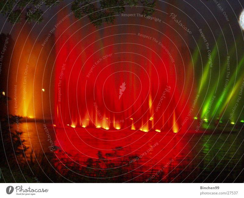 Wasserspiele 1 See Teich Bach rot gelb grün dunkel Abend Planten un Blomen - Park Musik Hamburg