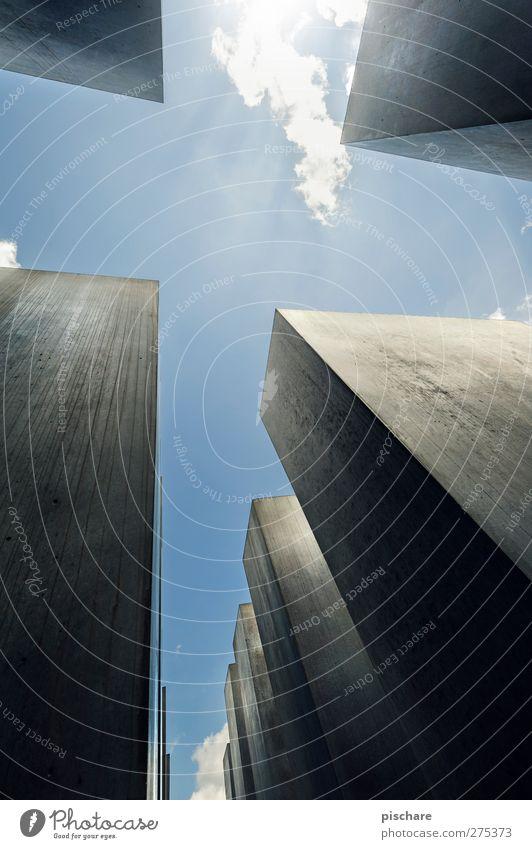 eines geht noch, Berlin Sehenswürdigkeit Denkmal eckig Farbfoto Außenaufnahme Starke Tiefenschärfe Froschperspektive Weitwinkel aufwärts himmelwärts vertikal