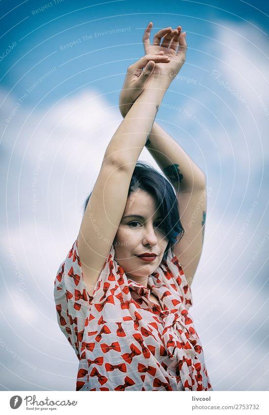 Frau Mensch Jugendliche Junge Frau Sommer blau schön weiß rot Hand Blume Erotik schwarz 18-30 Jahre Gesicht Lifestyle