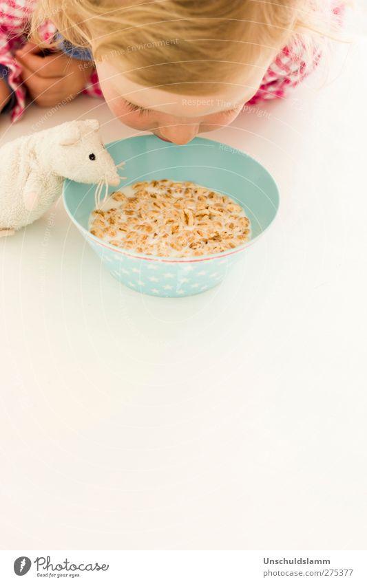 Frühstück zu zweit Mensch Kind weiß rot Tier Freude Mädchen Essen Glück Kopf Lebensmittel Zusammensein hell Freundschaft Wohnung Häusliches Leben