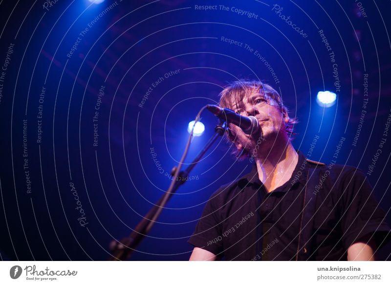 es hat mit mir und dem rest der welt zu tun Mensch Mann Jugendliche blau Erwachsene träumen Musik Junger Mann blond maskulin authentisch T-Shirt Konzert Veranstaltung Bühne Gitarre