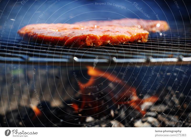 flame grilled beef Fleisch Steak Feuer Sommer Grill heiß Flamme Grillen Kohle Grillrost Grillsaison Rauch Steakhouse Farbfoto Nahaufnahme Detailaufnahme