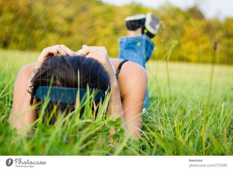 Wiese und Musik Mensch Frau Jugendliche Sommer Einsamkeit Erholung Wiese feminin Frühling Gras Junge Frau Traurigkeit Musik Zufriedenheit liegen Trauer