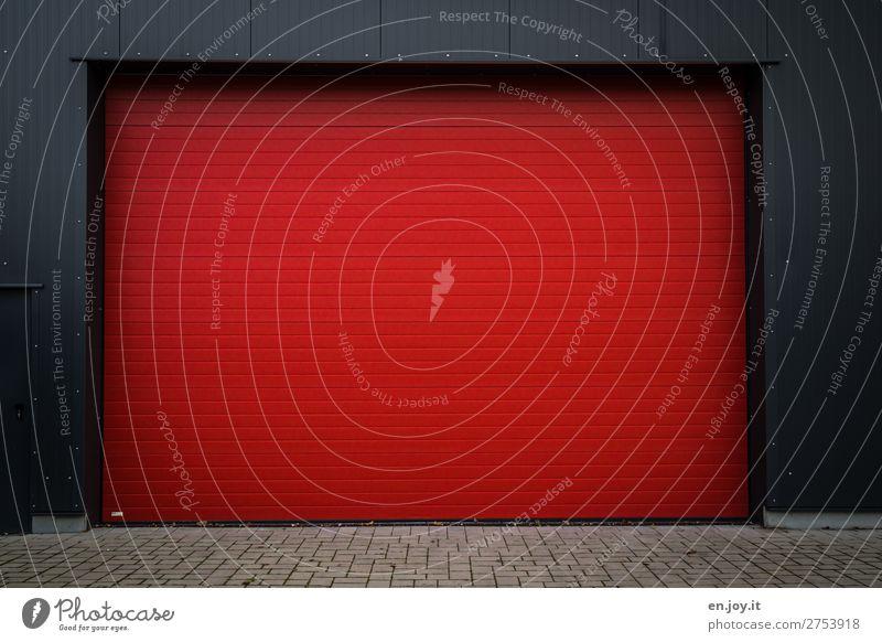 Rot Tor Garage Garagentor Rollladen Rollo Mauer Wand rot Mobilität Sicherheit Güterverkehr & Logistik Pflastersteine Einfahrt Farbfoto Außenaufnahme