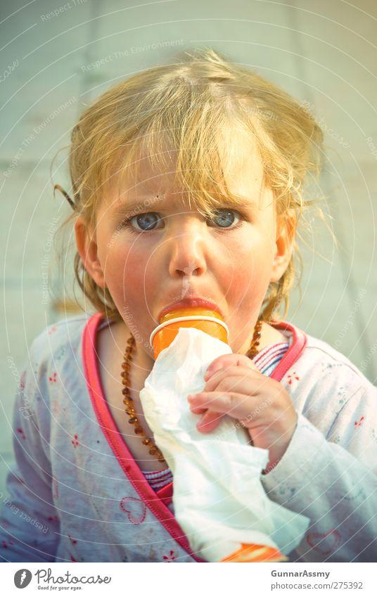 Wassereis in Sommerluft vintage Mensch Kind Mädchen Freude feminin kalt Glück klein Essen orange blond rosa Kindheit Speiseeis süß niedlich