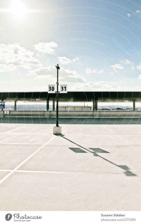 sunny side up Haus Hochhaus Gebäude Architektur hell Energie Dienstleistungsgewerbe Parkplatz Ziffern & Zahlen Parkdeck Parkhaus Schatten Dach Wolken