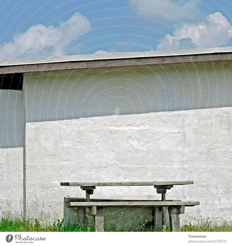 Da sitzen, schauen, denken blau Ferien & Urlaub & Reisen weiß Sommer Haus Umwelt Wand Holz grau Mauer Stein hell stehen ästhetisch Dach Bank