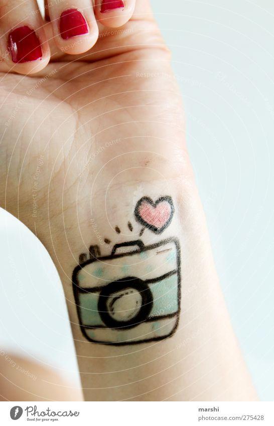 I <3 my cam | 700 Lifestyle Stil Freizeit & Hobby Mensch feminin Junge Frau Jugendliche Erwachsene Hand Finger 1 trendy Gefühle Stimmung Freude Glück