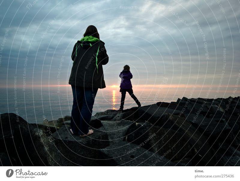 Hiddensee | Sonnenuntergangsanbeterinnen Mädchen Frau Erwachsene Kindheit 2 Mensch 3-8 Jahre Umwelt Natur Landschaft Wasser Himmel Wolken Horizont Felsen Küste
