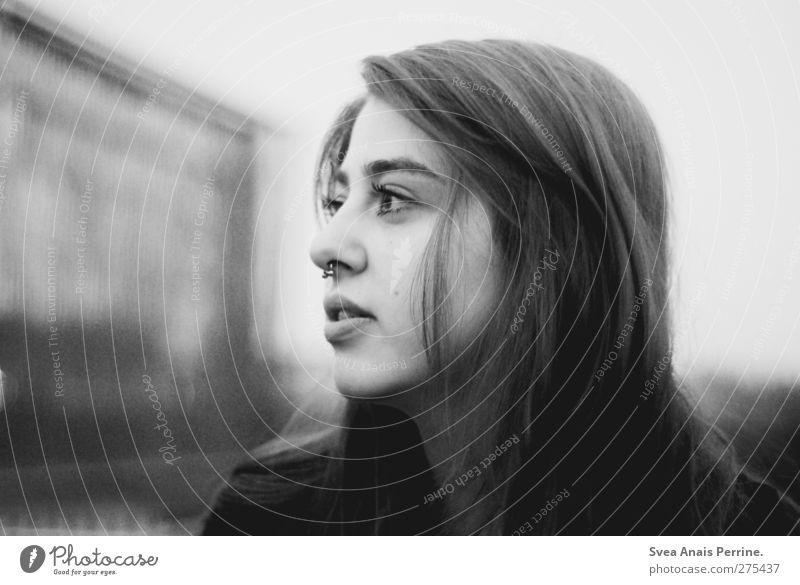 auf der suche. Mensch Jugendliche Erwachsene Gesicht Auge feminin Haare & Frisuren Junge Frau Kopf träumen 18-30 Jahre warten beobachten Sehnsucht Piercing langhaarig