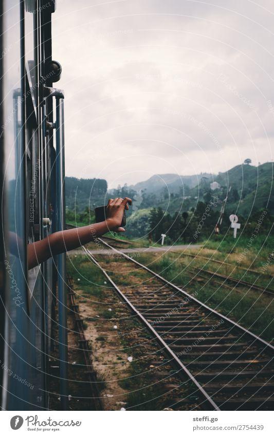 Urlaubserinnerungen Frau Kind Ferien & Urlaub & Reisen Jugendliche Mann Landschaft Hand Ferne Berge u. Gebirge Erwachsene feminin Tourismus Freiheit Ausflug