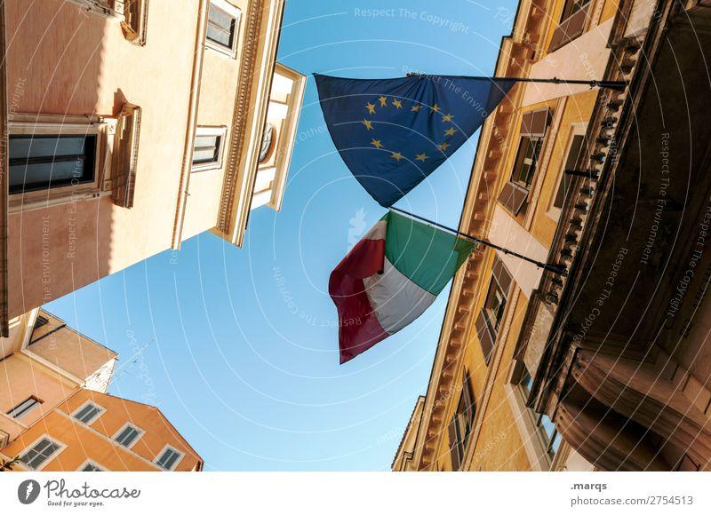 Italienische Flagge Wolkenloser Himmel Stadtzentrum Haus Fahne hoch Perspektive Politik & Staat Europafahne Farbfoto Außenaufnahme Menschenleer
