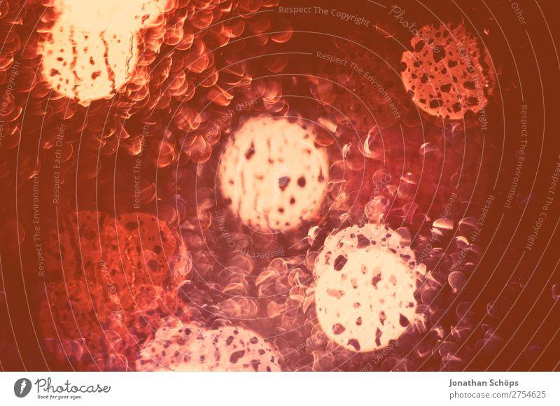 Regentropfen an Fensterscheibe mit Bokeh Lichter Hintergrundbild Traurigkeit rosa Wetter nass Trauer Sehnsucht Fernweh Schmerz Scham Erschöpfung November