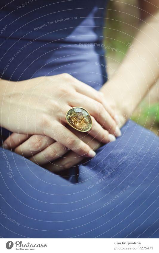 in gold Stil feminin Junge Frau Jugendliche Erwachsene Hand Finger 1 Mensch Accessoire Schmuck Ring blau braun Stein falten liegen facette schoß Farbfoto