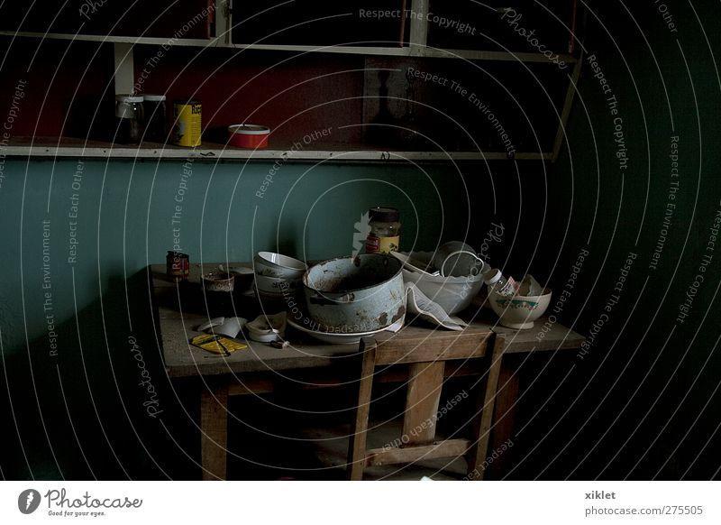 dunkel dreckig Küche Geschirr chaotisch unordentlich Holztisch Holzstuhl Küchentisch Küchenmöbel Kücheneinrichtung