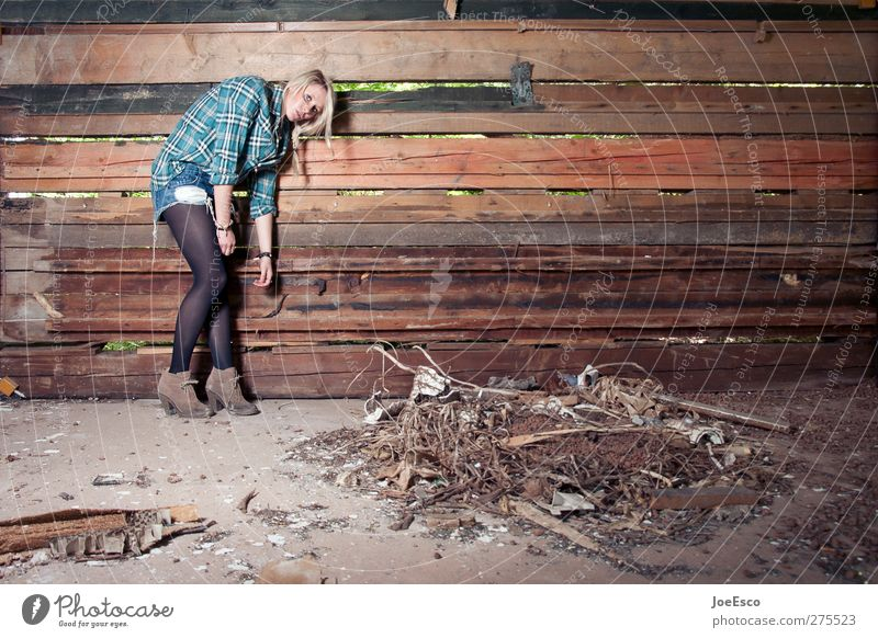 #235056 Stil Freizeit & Hobby Abenteuer Frau Erwachsene Leben 1 Mensch 18-30 Jahre Jugendliche Mauer Wand Mode Accessoire beobachten Erholung festhalten dunkel