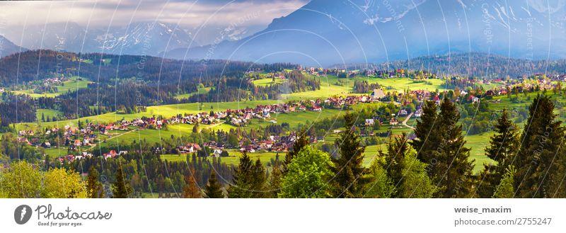 Malopolska Dorf und grüne Frühlingswiesen auf Hügeln schön Ferien & Urlaub & Reisen Tourismus Ferne Freiheit Sommer Berge u. Gebirge wandern Häusliches Leben