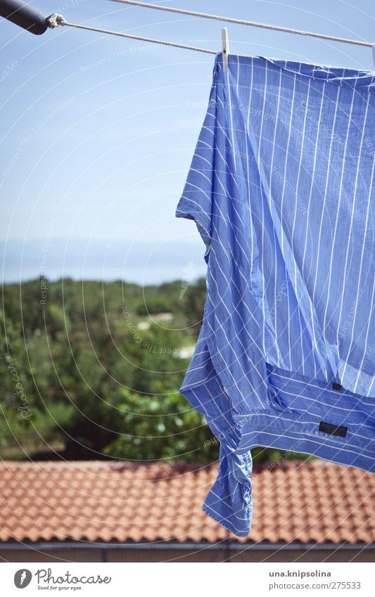 blau machen Himmel Meer Dach Mode Hemd Stoff hängen frisch Wäscheleine trocknen gestreift Ferien & Urlaub & Reisen Wäsche waschen Farbfoto Gedeckte Farben