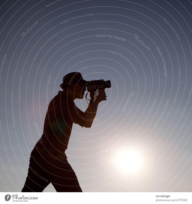 MAZ AB! Mensch Jugendliche blau Freude schwarz Erwachsene Leben Kunst Junger Mann 18-30 Jahre Freizeit & Hobby stehen Kommunizieren retro Fotokamera Kreativität