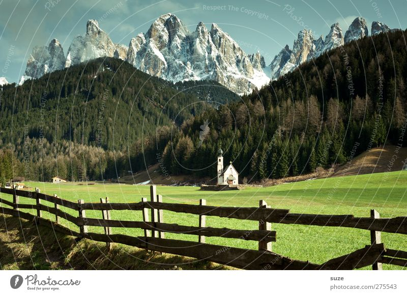 Göttliches Plätzchen Himmel Natur grün Sommer Einsamkeit Wald Landschaft Umwelt Wiese Berge u. Gebirge Religion & Glaube klein außergewöhnlich Klima Kirche