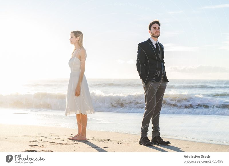 Brautpaar posiert am sonnigen Strand Paar striegeln Träumerinnen romantisch Rücken an Rücken verliebt Jugendliche Körperhaltung Liebe Zusammensein Fröhlichkeit
