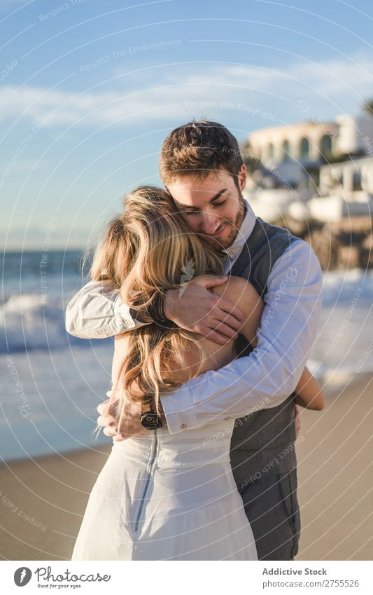 Mann umarmt Braut im Sonnenlicht Paar Hochzeit Umarmen Angebot Rücken verliebt selbstbewußt Engagement romantisch Liebe striegeln Kleid Gefühle hell Idylle