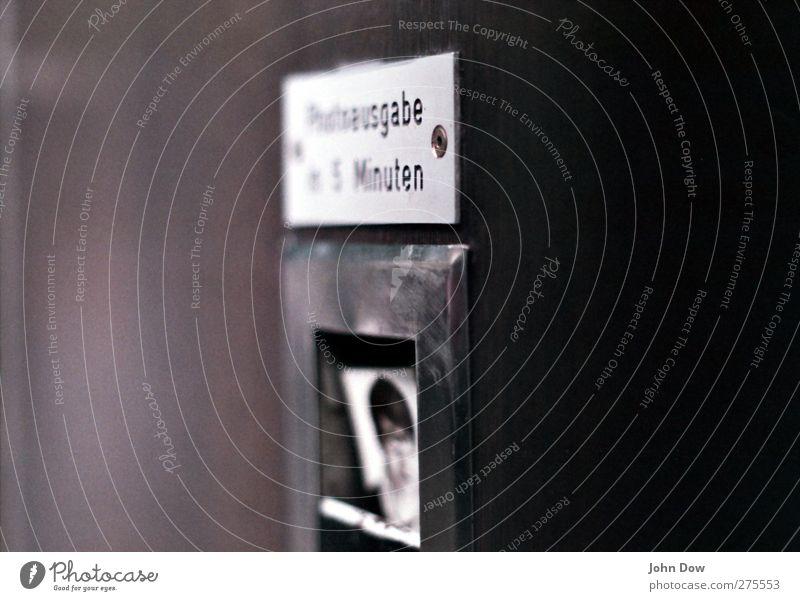 Photoausgabe retro Stadt Fotoautomat old-school Schwarzweißfoto Passbild Ausweis Fotografie Geschwindigkeit Hinweisschild Blitzlichtaufnahme Zeit Automat