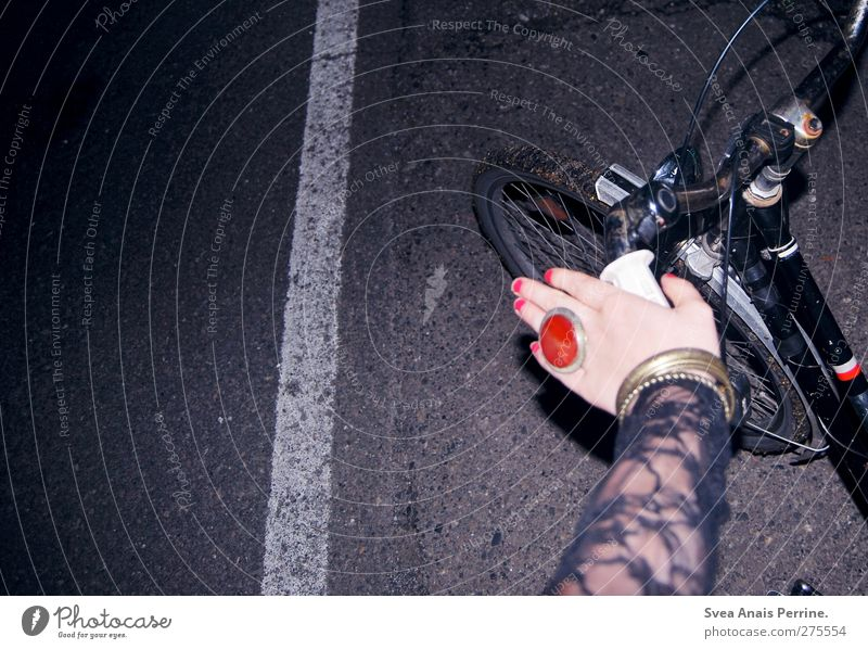 samstag nachts I Mensch Jugendliche Hand dunkel Straße feminin Junge Frau Mode Fahrrad Arme Finger festhalten Asphalt Ring Fahrradfahren Rad
