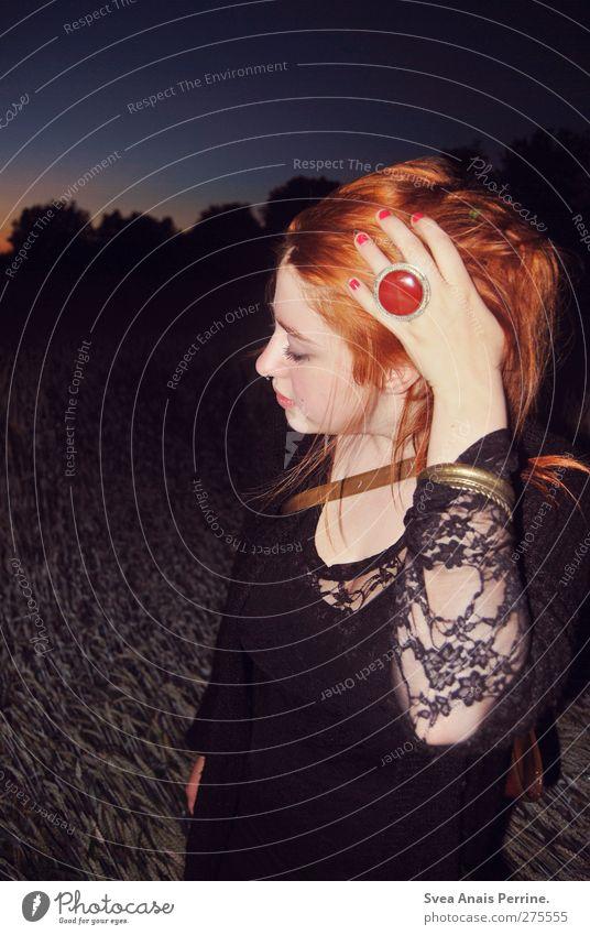 samstag nachts II feminin Junge Frau Jugendliche Kopf Haare & Frisuren Gesicht Arme Hand Finger 1 Mensch 18-30 Jahre Erwachsene Feld Kornfeld Baum