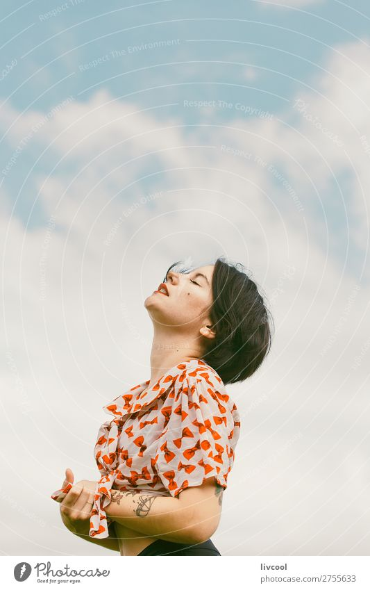 Frau, die von den Wolken träumt. Lifestyle Stil schön Sommer Garten Mensch feminin Junge Frau Jugendliche Erwachsene Körper Kopf Gesicht Arme Hand Finger 1