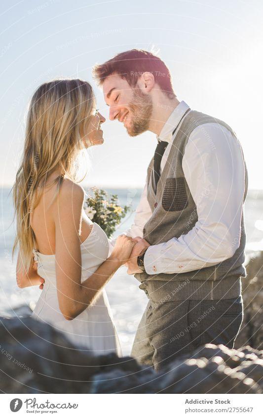 Sinnliches Hochzeitspaar küsst sich an der Küste. Paar hochzeitlich Küssen Strand Angebot verliebt Ausdruck romantisch Feste & Feiern Augen geschlossen Stil