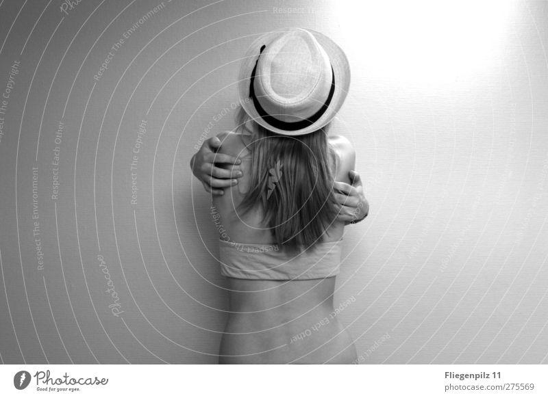 umarmen schön Körper feminin Junge Frau Jugendliche Rücken 1 Mensch 18-30 Jahre Erwachsene Mode Hut berühren genießen stehen Umarmen außergewöhnlich dünn Erotik