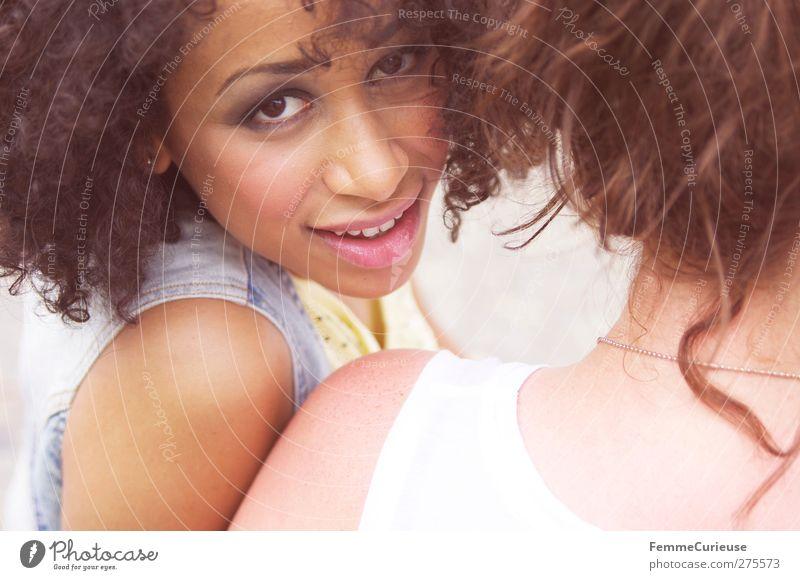 Girlfriends. Lifestyle Stil schön feminin 2 Mensch 18-30 Jahre Jugendliche Erwachsene exotisch südländisch Karibik Afroamerikaner Afro-Look frech attraktiv